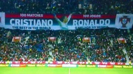 Pancarta en homenaje a cristiano ronaldo por partido numero 100 con portugal