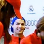 Cristiano Ronaldo queda encatusado con una bella anfitriona