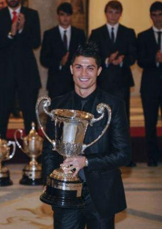 cristiano ronaldo con el premio al mejor deportista iberoamericano