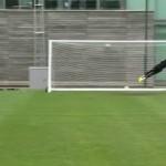 ¡Qué golazo de libre directo de Mario Balotelli en el entrenamiento del Liverpool!