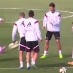 Gareth Bale le da un Pelotazo en la CARA a Luka Modrić en entrenamiento del Real Madrid