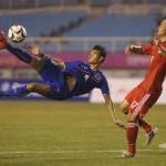 Curiosa asistencia, taco del rival y acrobática definición para el Gol del Año